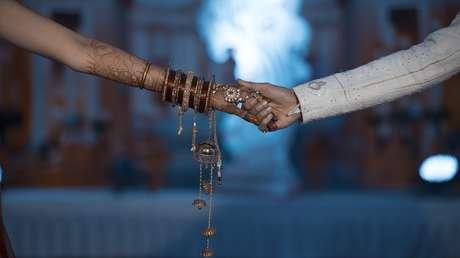 Una joven muere durante su boda, la sustituye su hermana en la ceremonia y se casa con el novio