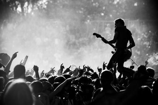 El concierto de rock es como un gran ritual en el que los fieles participan con gran devoción